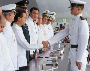 El presidente Enrique Peña Nieto encabezó la Ceremonia de Jura de Bandera de los Cadetes de Primer Año, Generación 2014-2019, de la Heroica Escuela Naval Militar. Foto: Notimex