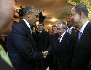 El presidente de Cuba, Raúl Castro y su homólogo de Estados Unidos, Barack Obama se saludaron hoy previo a la apertura de la Cumbre de Las Américas en Panamá. Foto: Notimex