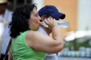 que es necesario tomar muchos líquidos para evitar la deshidratación, la cual aumenta por la excesiva transpiración debido a las altas temperaturas. Foto: Notimex