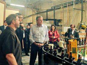 El ex gobernador de Florida Jeb Bush, aspirante presidencial republicano, visita este jueves Arizona. Foto: Cortesía Cámara de Comercio de Arizona