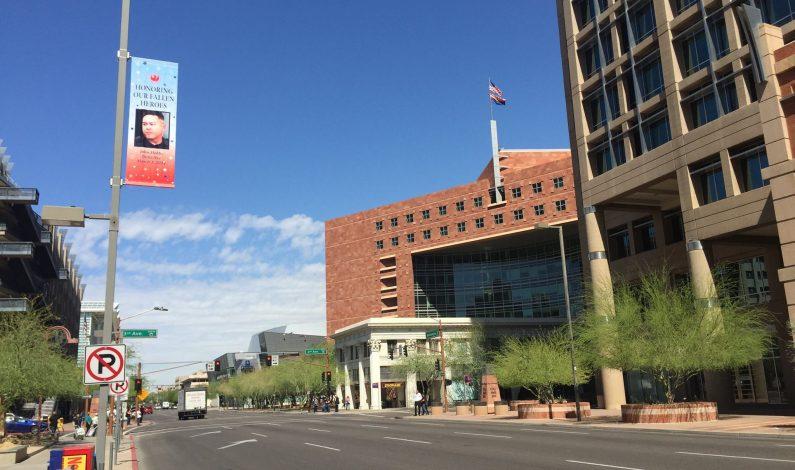 Phoenix rinde tributo a policías y bomberos caídos