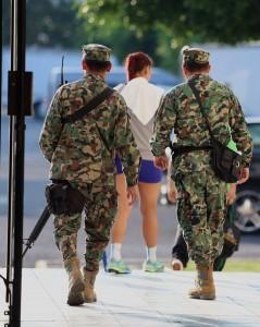 Se podrán expedir permisos extraordinarios de ingreso y portación temporal de armas de fuego a servidores públicos extranjeros de migración o aduanas. Foto: Notimex