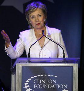 Hillary Rodham Clinton habla durante una función de gala de la Fundación Clinton en el Museo de Historia Natural de Nueva York. Foto: AP