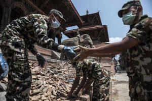 Militares y habitantes de Lalitpur, una antigua ciudad adyacente a Katmandú, capital de Nepal, remueven escombros luego del del nuevo sismo de 7.3 grados. Foto: Notimex