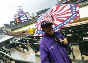 También se espera lluvia hoy, martes, cuando los equipos tenían una nueva cita en el Coors Field. Foto: AP