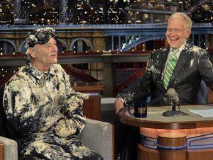 """El actor Bill Murray, izquierda, platica con el presentador David Letterman tras salir de un pastel para despedirse el martes 19 de mayo de 2015, en el set de """"Late Show with David Letterman"""" en Nueva York en una fotografía proporcionada por CBS. El último programa de Letterman se transmite el miércoles  20 de mayo. (John Paul Filo/CBS via AP) MANDATORY CREDIT; NO ARCHIVE; NO SALES; NORTH AMERICAN USE ONLY"""