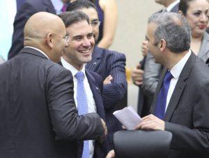 El representante del PAN, Francisco Garate, el Consejero Presidente Lorenzo Córdova y el consejero, Benito Nacif, durante la sesión del INE. Foto: Notimex