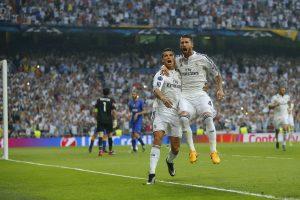 Cristiano Ronaldo, izquierda, festeja con su compañero Sergio Ramos tras anotar un gol contra la Juventus. Foto: AP