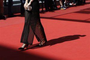 """Muchos están criticando al festival luego que Screen International reportó que varias mujeres de mediana edad no pudieron entrar al estreno del domingo del romance lésbico de los 50 """"Carol"""", de Todd Haynes, por usar zapatos planos."""