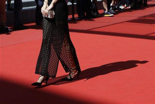 Cannes pisa terreno peligroso al exigir tacones