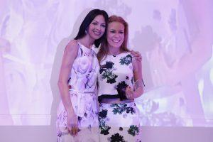 Celina del Villa entregó su reconocimiento a Daniel Magún. ex integrante de Kabah. Foto: Cortesía