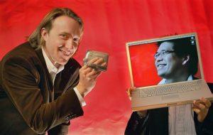 n esta imagen del 29 de marzo de 2006, los co fundadores de YouTube, Chad Hurley, de 29 años, y Steven Chen, de 27, posan para una fotografía en sus oficinas en San Mateo, Californi
