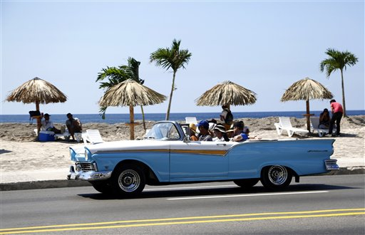 Malecón de La Habana se convierte en galería de arte
