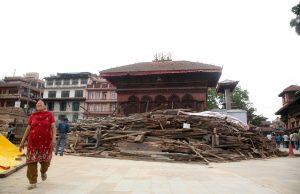 Pobladores transitan en la zona aledaña a los edificios dañados que se encuentra en ruinas tras los terremotos que sacudieron a Nepal. Foto: Notimex