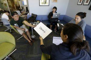 Escuelas de California, Illinois y otros estados con gran población de inmigrantes no autorizados están ofreciendo asistencia financiera propia. Foto: AP