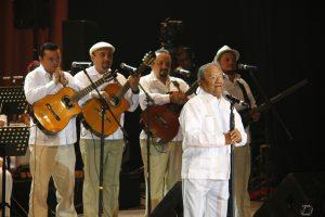 El cantautor de 79 años de edad, le regaló  a sus paisanos una velada inolvidable en el teatro que lleva su nombre. Foto: Cortesía Prensa Premier