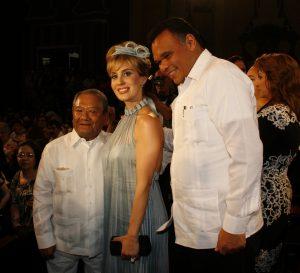 El Gobernador Rolando Zapata y su esposa Sarita Blancarte de Zapata, asistieron al concierto de gala. Foto: Cortesía Prensa Premier