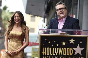 El actor Eric Stonestreet, junto a Sofía Vergara, pronuncia unas palabras durante la ceremonia de develación de la estrella de la actriz en el Paseo de la Fama de Hollywood, el jueves 7 de mayo del 2015 en Los Angeles. (Foto por Chris Pizzello/Invision/AP)