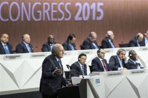 Joseph Blatter, al frente a la izquierda, presidente de la FIFA, habla durante el 65to Congreso de este organismo en el Hallenstadion de Zurich, Suiza, el viernes 29 de mayo de 2015, donde busca ser reelegido como jefe del máximo organismo rector del fútbol mundial. (Patrick B. Kraemer/Keystone via AP)
