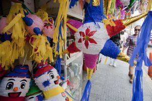 El ritual incluye introducir a diversos animales en piñatas que luego son rotas a palos. Foto: Notimex