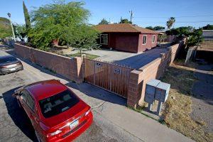 Imagen de la casa donde un hombre mató a disparos a cuatro miembros de su familia, incluida su sobrina de 17 años, y luego se suicidó, en Tucson, Arizona, según dijo la policía el miércoles. Foto: AP