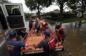 Intensas lluvias durante la noche causaron desbordamientos y cerraron autopistas en la zona de Houston.  Foto: AP