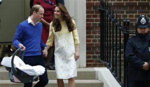 El príncipe Guillermo, izquierda, y Catalina, la duquesa de Cambridge con su hija recién nacida al salir del hospital St. Mary en Londres el sábado 2 de mayo de 2015. La princesa se llamará Carlota Isabel Diana, se anunció el lunes 4 de mayo. (Foto AP/Alastair Grant)