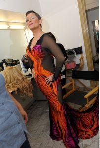 Con tacones de 15 centímetros, vestido largo, botarga para agrandar las caderas, pestañas postizas y peluca rubia, Humberto Zurita está listo para sacar su lado femenino. Foto: Agencia Reforma