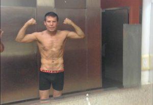 """A sus 52 años el César del Boxeo luce todavía su abdomen de """"lavadero"""". Foto: Tomada de Twitter"""