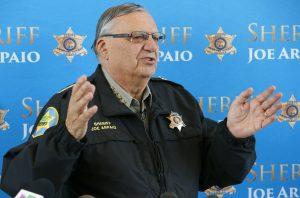Joe Arpaio ha reconocido que ha infringido las órdenes de un tribunal en el caso de caracterización racial. Foto: AP