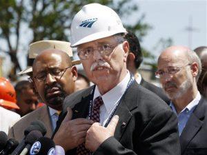 El alcalde de Filadelfia Michael Nutter, izq., y el gobernadr de Pennsylvania Tom Wolf, der., escuchan al presidente y director general de Amtrak, Joseph Boardman, declarar la posición del ferrocarril sobre un accidente mortal, el 14 de mayo del 2015 en Filadelfia. (AP Foto/Mel Evans)