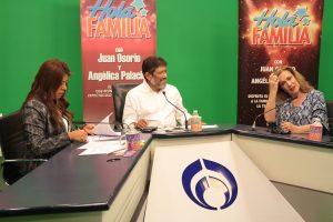"""La actriz y cantante Laura Zapata fue invitada de la emisión del programa radiofónico dominical """"Hola familia"""", conducido por Juan Osorio y Angélica Palacios, señaló que se encuentra feliz de retomar su carrera como cantante. Foto: Notimex"""