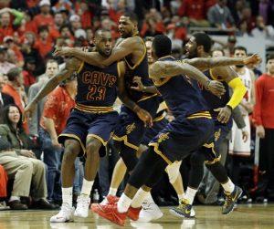 LeBron James es felicitado por sus compañeros tras conseguir el enceste de la victoria sobre los Bulls. Foto: AP