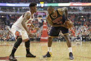 LeBron James (23), de los Cavaliers de Cleveland, enfrenta al base Jimmy Butler, izquierda, de los Bulls de Chicago. Foto: AP