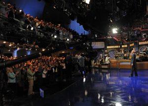 """En esta imagen difundida por la CBS, David Letterman recibe una ovación durante la grabación de su último programa al frente de """"Late Show with David Letterman"""", el miércoles 20 de mayo del 2015 en el Teatro Ed Sullivan en Nueva York. (Jeffrey R. Staab/CBS vía AP)"""