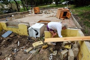 Varias personas estaban desaparecidas y los daños fueron enormes de un frente de tormentas que se extendió desde el Golfo de México en el sur hasta la frontera entre Estados Unidos y Canadá.