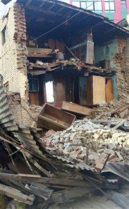 Un edificio todavía en pie aunque con daños tras un terremoto en la zona de Chuchepati, en Katmandú, Nepal, el 12 de mayo de 2015. (Foto AP/Tashi Sherpa)