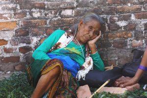 Pobladores permanecen expectantes luego del nuevo sismo de 7.3 grados Richter que sacudió hoy el centro de Nepal. Foto: Notimex