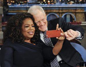 """David Letterman se toma una selfie con Oprah Winfrey durante la última participación de Oprah en """"Late Show with David Letterman"""" el viernes 15 de mayo de 2015 en Nueva York. El último programa de Letterman se transmite el miércoles  20 de mayo. (Jeffrey R. Staab/CBS via AP) MANDATORY CREDIT, NO SALES, NO ARCHIVE, FOR NORTH AMERICAN USE ONLY"""