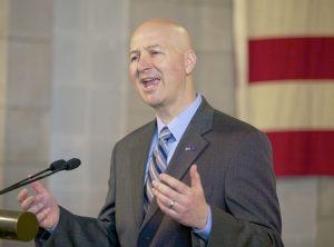 El gobernador Pete Ricketts ha mantenido la posición de que aquellos que ingresaron sin autorización al país no deberían recibir beneficios destinados a los residentes legales. Foto: AP