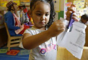 Los niños que tienen experiencias positivas entre los 0 y los 5 años están mejor preparados para tener éxito en la escuela. Foto: AP