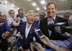 El dueño de los Patriots, Robert Kraft, centro, habla con periodistas al lado del comisionado de la NFL, Roger Goodell. Foto: AP