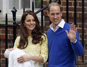 Catalina la duquesa de Cambridge y el príncipe Guillermo sonríen al presentar a su hija recién nacida frente al hospital St. Mary's en Londres en una fotografía del 2 de mayo de 2015. La princesa se llamará Carlota Isabel Diana, se anunció el lunes 4 de mayo. (Foto AP/Kirsty Wigglesworth, archivo)