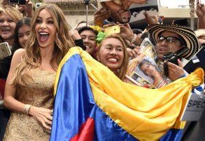 Sofía Vergara posa junto a sus fans con una bandera de su natal Colombia, durante la ceremonia de develación de su estrella en el Paseo de la Fama de Hollywood el jueves 7 de mayo del 2015 en Los Angeles. (Foto por Chris Pizzello/Invision/AP)