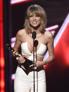 """Taylor Swift acepta el Premio Billboard al mejor álbum del Top 200 por """"1989"""", el domingo 17 de mayo del 2015 en Las Vegas. (Foto por Chris Pizzello/Invision/AP))"""
