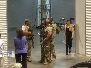 Miembros del Departamento de Policía de Garland montan guardia dentro del Curtis Culwell Center, el domingo en Garland, Texas. Foto: AP