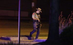 Un policía estatal de Texas monta guardia en un aparcamiento cerca del Centro Curtis Culwell, donde se celebraba un provocador concurso de caricaturas del profeta Mahoma. Foto: AP