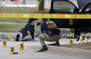 Investigadores del FBI documentan la zona en torno a a dos hombres armados fallecidos y su vehículo ante el Centro Curtis Culwell en Garland, Texas, el lunes 4 de mayo. La policía disparó y mató a los dos hombres después de que abrieran fuego contra un guarda de seguridad ante el edificio en un suburbio de Dallas. Foto: AP