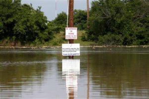 El río Brazos a punto de desbordarse por las recientes tormentas en Texas, el miércoles 27 de mayo de 2015. (Rodger Mallison/The Fort Worth Star-Telegram via AP)