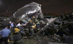 Personal de emergencia en la escena de un accidente de tren el martes 12 de mayo de 2015 en Filadelfia. Un Amtrak con destino a Nueva York descarriló y se estrelló en Filadelfia (AP Foto/Joseph Kaczmarek)